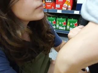 Exibicionismo en el supermercado - Enseño mis tetas en público y arriesgada mamada - NOS PILLARON